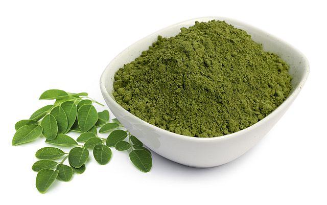Moringa-Blätter aus Bioanbau und als Pulver